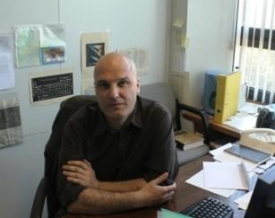 Luis Sarro, en su despacho de la Escuela Técnica Superior de Ingeniería Informática de la UNED.