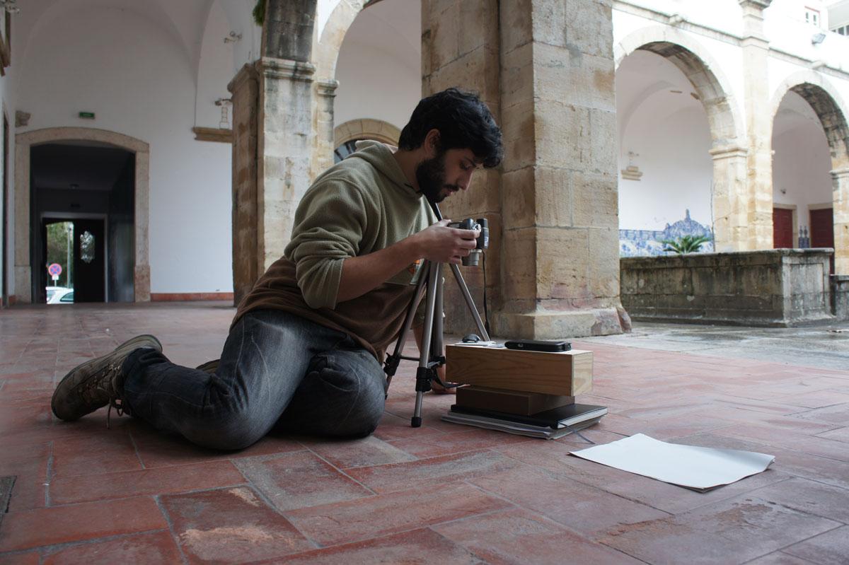 El primer autor del trabajo, P. Mocho, fotografiando uno de los ejemplares en el patio del Museo de Torres Vedras (Portugal)